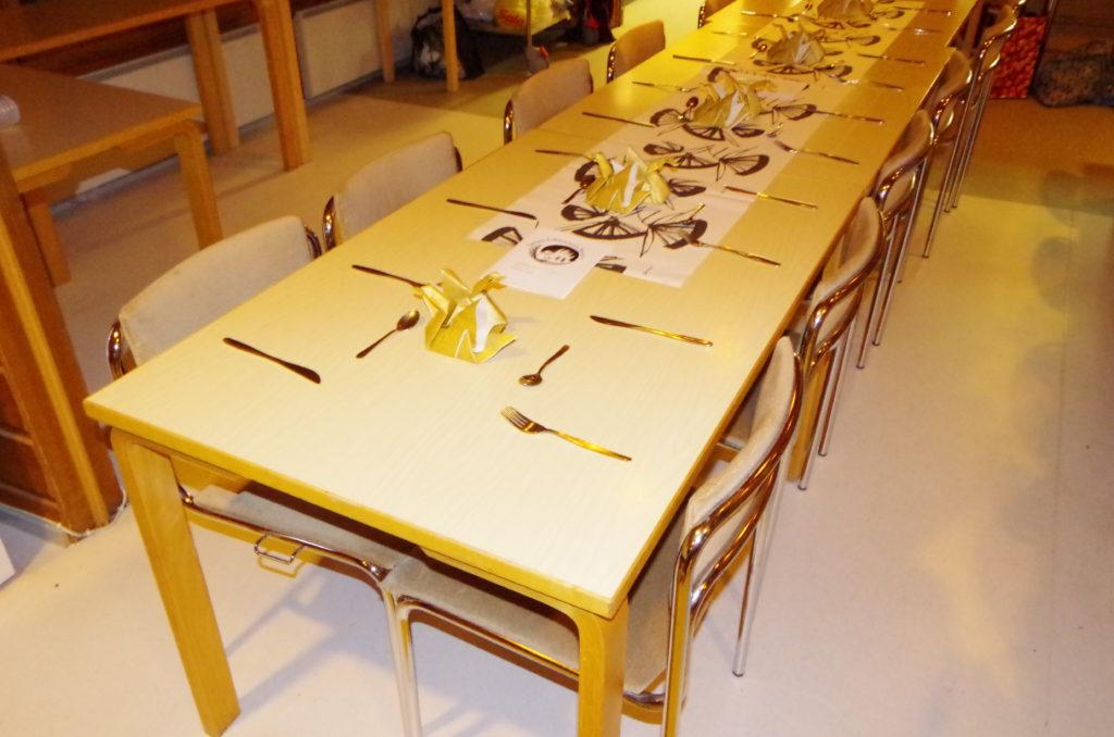 Valmiina illalliselle. Pöydällä Isilmírën joutseniksi taittelemia lautasliinoja. Kuva: SeventhSon.
